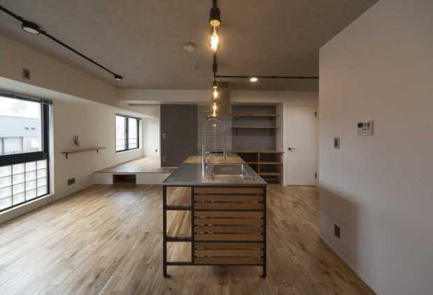 お部屋の中に圧倒的な存在感を放つキッチンが特徴的なこちらのお家。