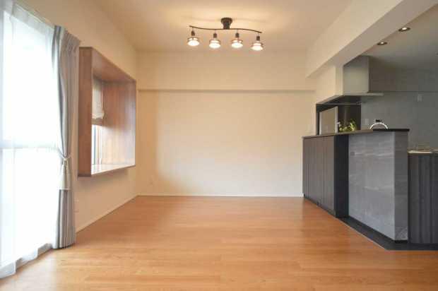 和モダン+ミッドセンチュリーな大人の空間、キッチンは個性強めに